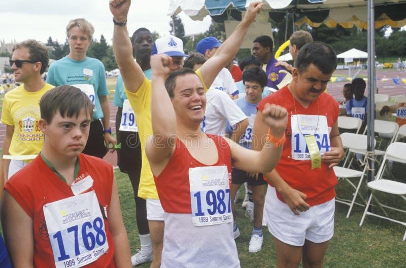 Handikappade idrottsman nenar glädjande arkivbild