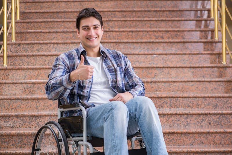 Handikappade personermannen på rullstolen som har problem med trappa royaltyfria foton