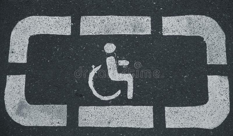 Handikapparkplätze aufgehoben für Behinderter stockbilder