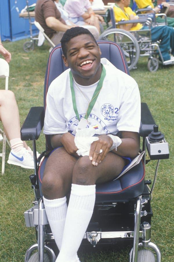 Handikappat afrikansk amerikanidrottsman nenbifall på mållinjen, speciala OS:er, UCLA, CA fotografering för bildbyråer