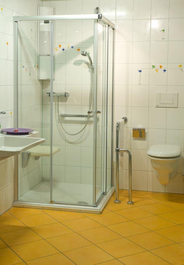 handikappat modernt för badrum royaltyfri fotografi