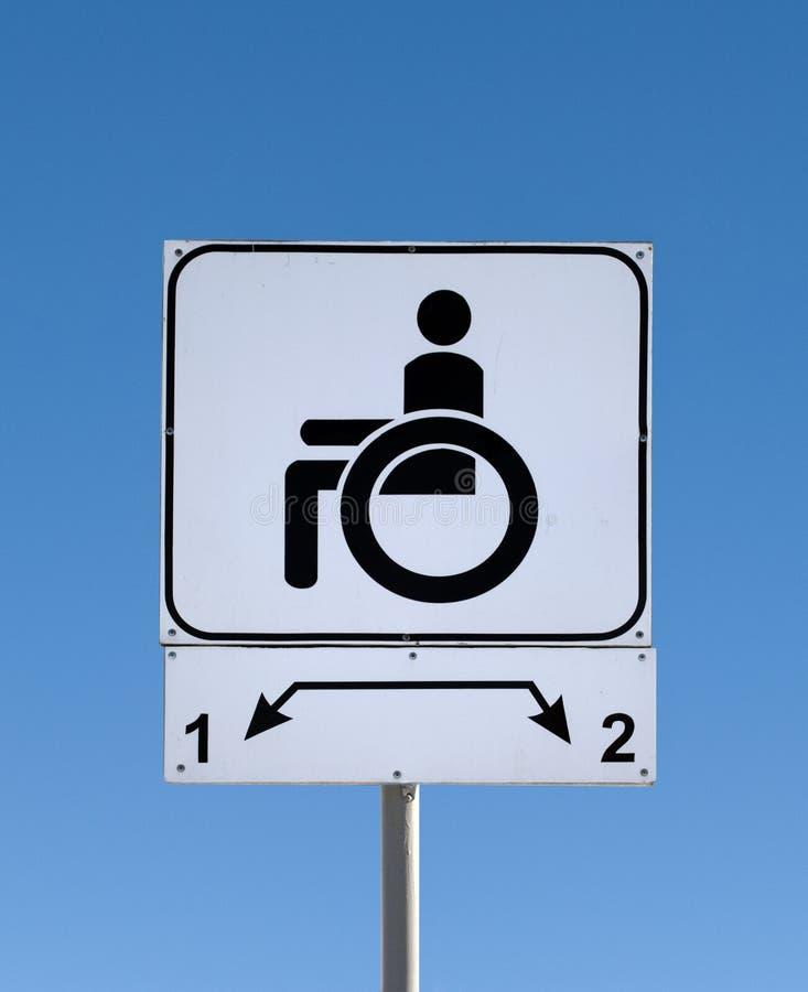 Handikappat parkeringstecken på vägen royaltyfri bild