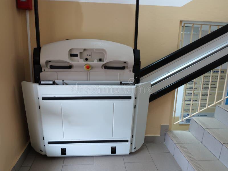 Handikapphiss, elevator för ogiltig rullstol arkivfoton