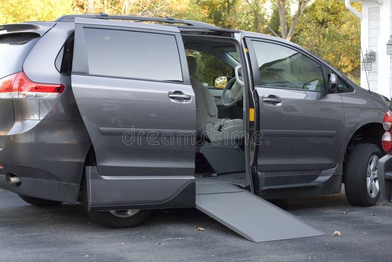 Handikappskåpbil med rampen royaltyfria foton