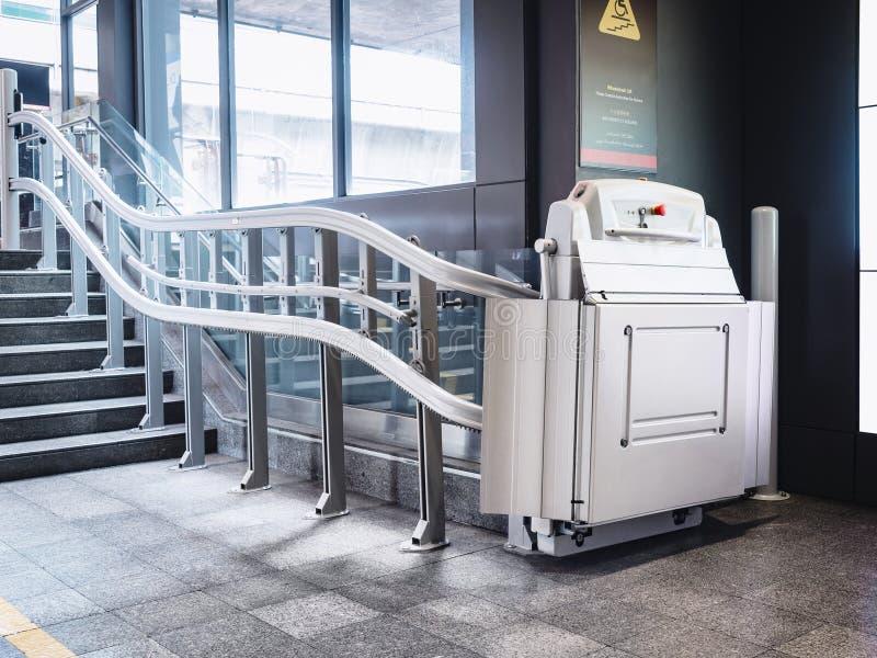 Handikapptrappan lyfter den inomhus byggande rullstolhissen för lättheten royaltyfri foto