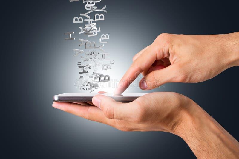 Handinnehav och rörande smart telefon med alfabetbokstaven som omkring flyger royaltyfri illustrationer