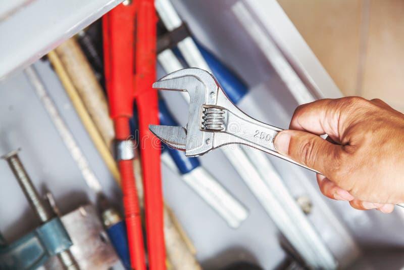 Handinnehavskiftnyckel över hjälpmedelaskcloseupen arkivfoto