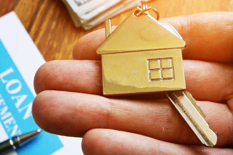 Handinnehavtangent från egenskap och att inteckna lånöverenskommelse arkivfoton