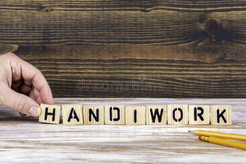 handiwork Lettere di legno sulla scrivania fotografia stock libera da diritti