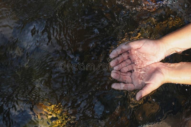 Handje in de waterstroom stock fotografie