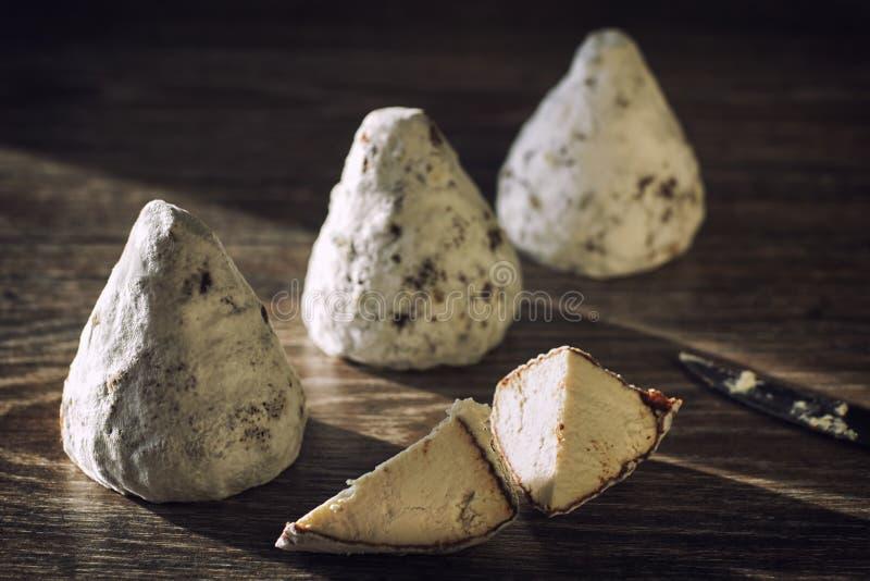 Handkäse aus Kuhmilch und Ziegenmilch Käsekopf stockbilder
