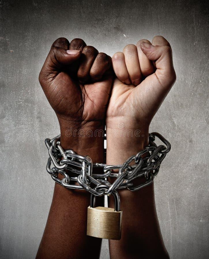 Handkedjan för det vita loppet låste samman med blandras- överenskommelse för svart etnicitetkvinna royaltyfri bild