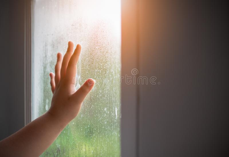 Handkind met vertroebeld op het venster royalty-vrije stock foto's
