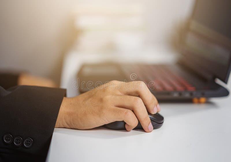 Handklickende Maus des Laptops lizenzfreie stockbilder