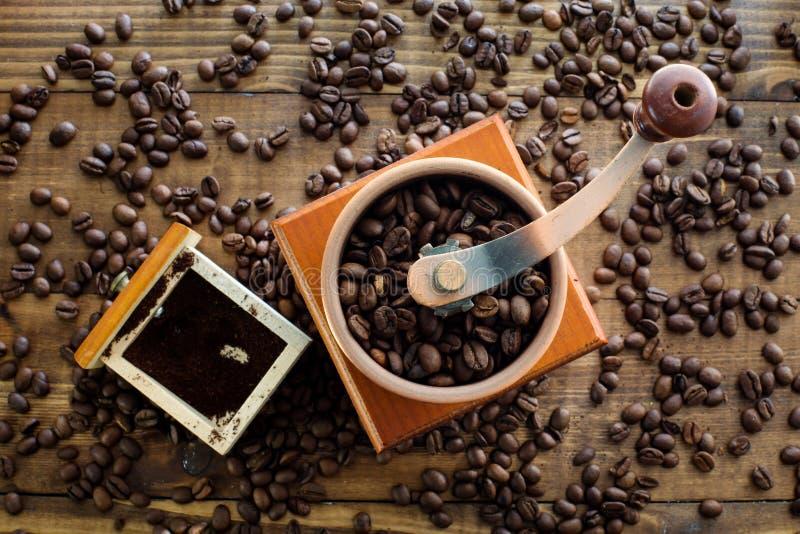 Handkoffiemolen op de houten bovenkant van de lijstlijst stock afbeelding