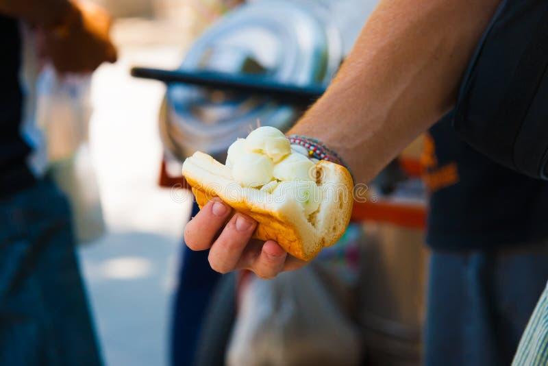 Handkokosnuss-Eiscreme-Sandwich-thailändisches Straßen-Lebensmittel stockbild