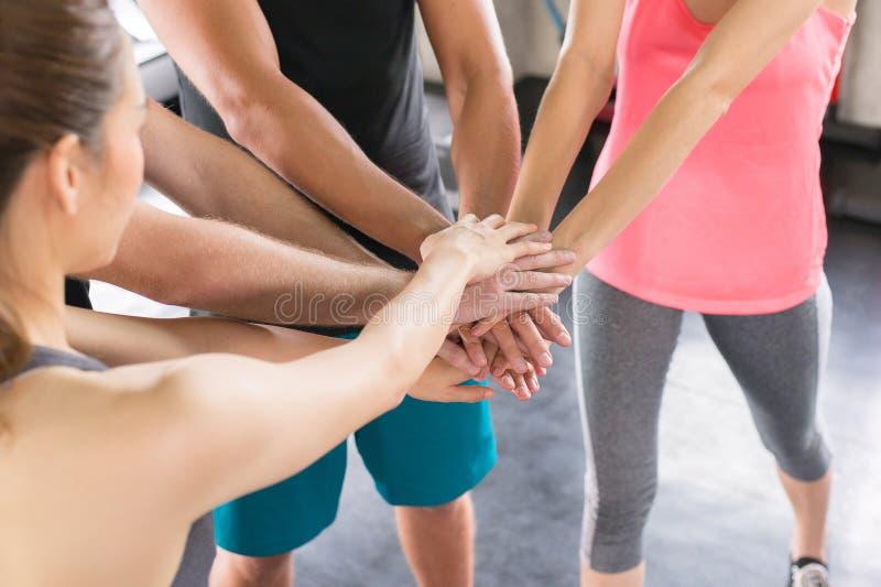 Handkoordination von den Gruppenleuten motiviert, von sportlichem attraktivem und haltenem Team oder Händen zusammen sich anschli lizenzfreie stockfotografie
