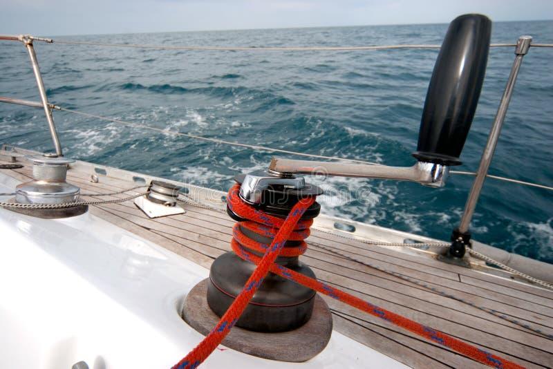 Handkurbel mit Seil auf Segelnboot lizenzfreies stockbild