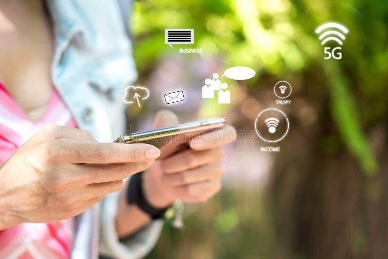 Handkvinna som använder smartphonen för affär och socialt nätverk royaltyfri bild