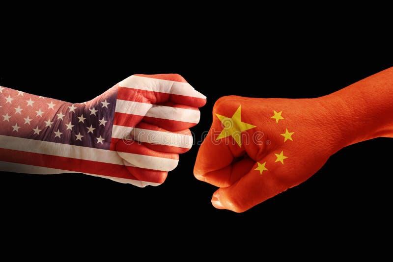 Handla konflikten, nävar med flaggorna av USA och Kina mot ea royaltyfri fotografi