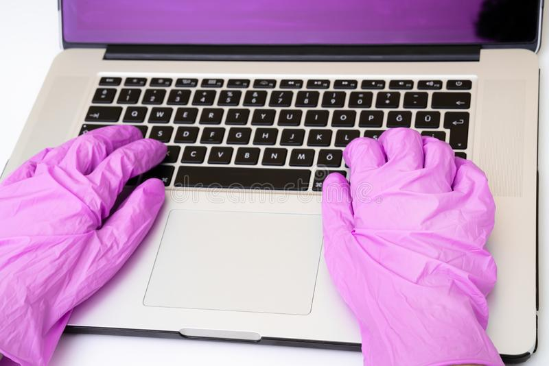 Handla med vetenskapsforskaren som gör forskning på datoren arkivbild