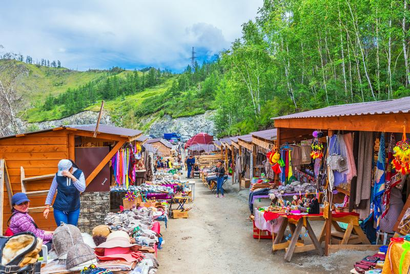 Handla rader på bergpasserandet Altai republik, Ryssland fotografering för bildbyråer