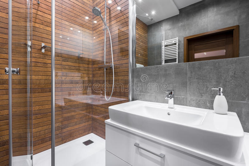 Handlag av lyx i ett badrum royaltyfria bilder