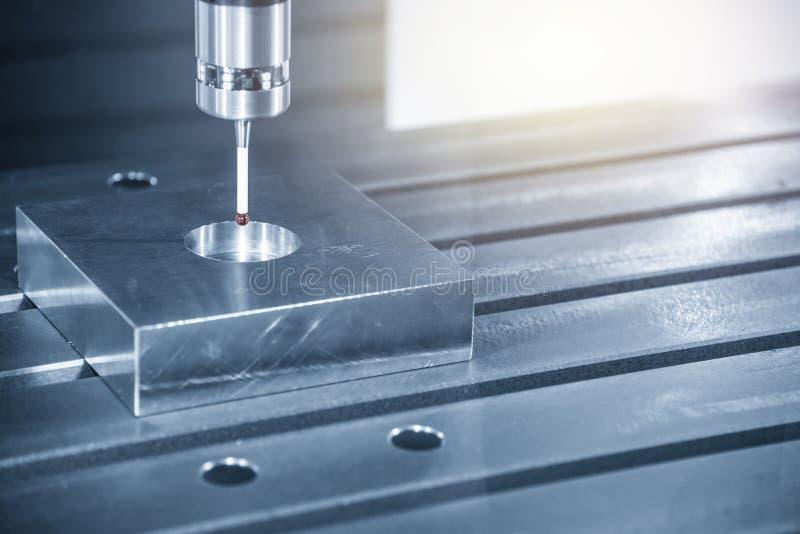 Handlagsondbilagan på CNC-malningmaskinen för att finna mitten av delen fotografering för bildbyråer