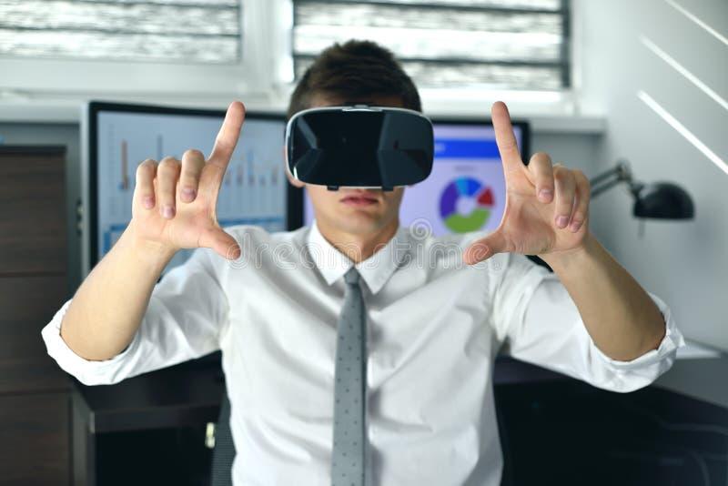 Handlarman med VR-headset arkivbild