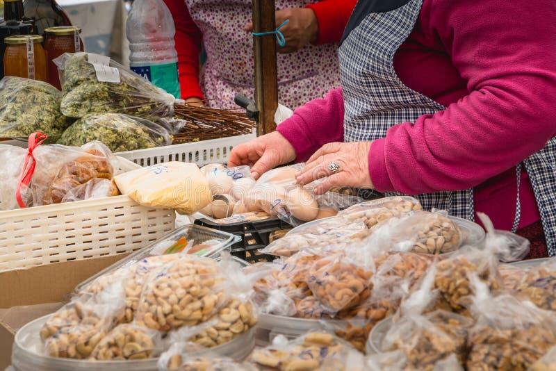 Handlarzów buble suszą owoc i jajka w mieście zdjęcie royalty free