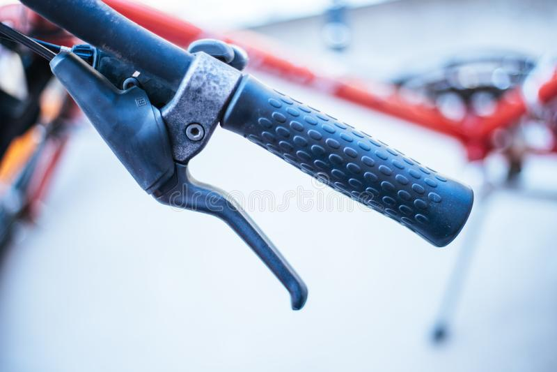 Handlebar велосипеда и перерывы, ремонт велосипеда, запачканная предпосылка стоковое фото