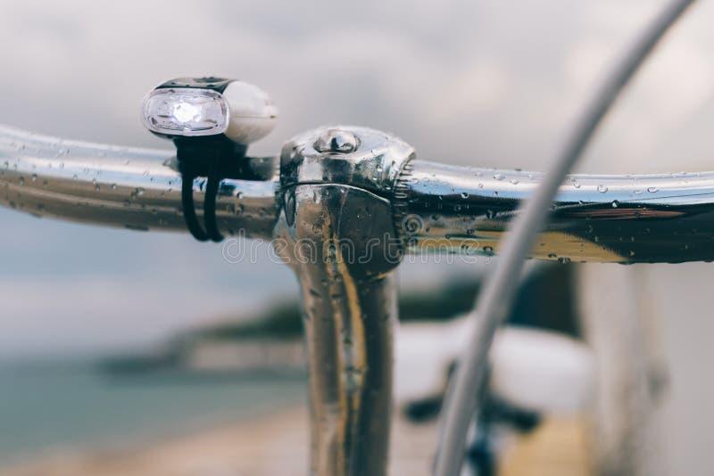 Handlebars ποδηλάτων κλείνουν επάνω στην παραλία στοκ φωτογραφίες