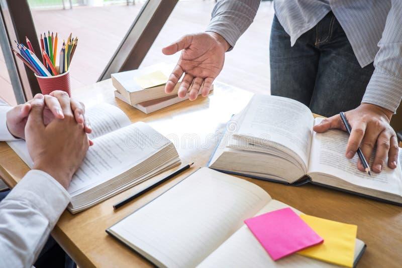 Handleda och att lära, utbildning, gruppen av tonåringen som lär som studerar ny kurs till kunskap i arkiv under att hjälpa under royaltyfria foton