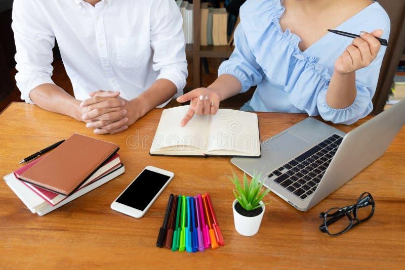 Handleda och att l?ra, utbildning, grupp av ungdomarsom l?r studera kurs i arkiv under att hj?lpa undervisa v?nutbildning arkivbilder