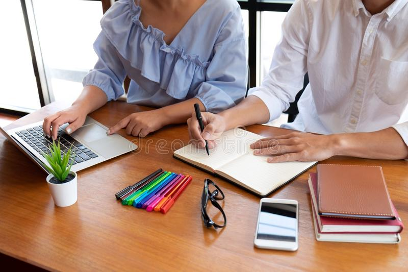 Handleda och att l?ra, utbildning, grupp av ungdomarsom l?r studera kurs i arkiv under att hj?lpa undervisa v?nutbildning royaltyfri foto