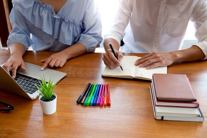 Handleda och att l?ra, utbildning, grupp av ungdomarsom l?r studera kurs i arkiv under att hj?lpa undervisa v?nutbildning arkivfoton