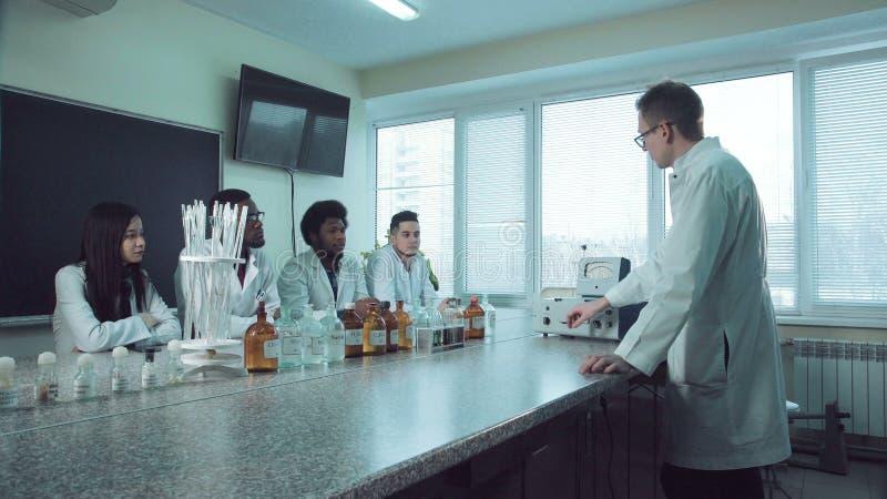 Handleda som förklarar kemi lager videofilmer