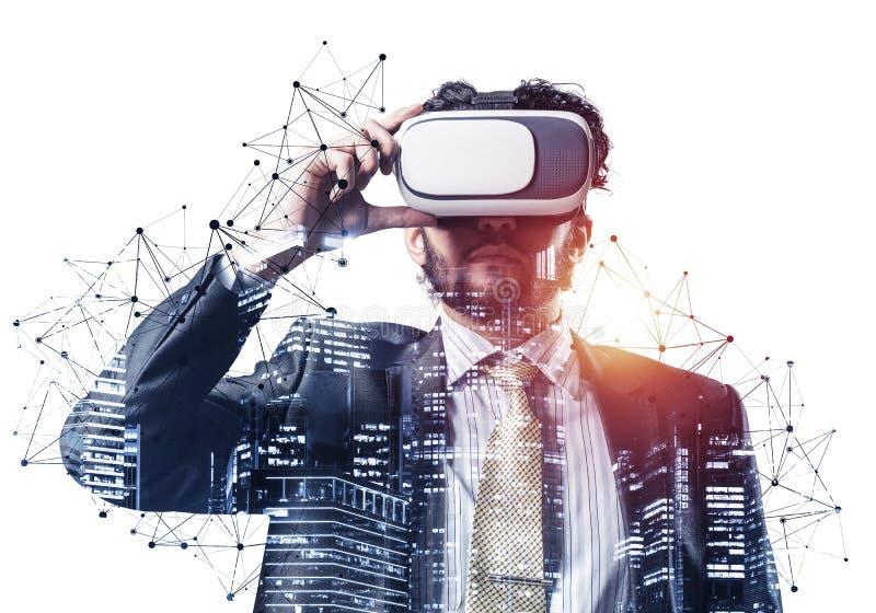 Handlig ung man som står med VR-headset arkivfoto