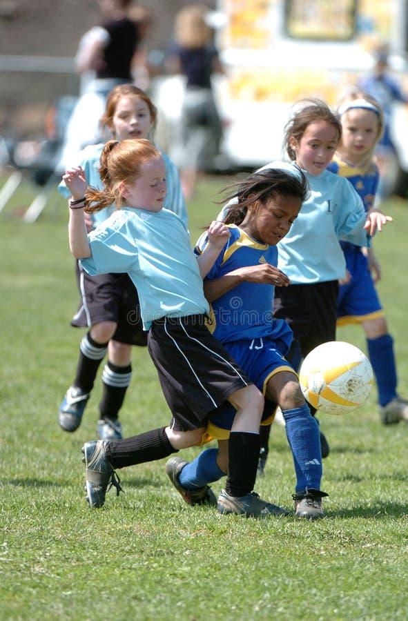 Handling för flickaungdomfotboll royaltyfria foton