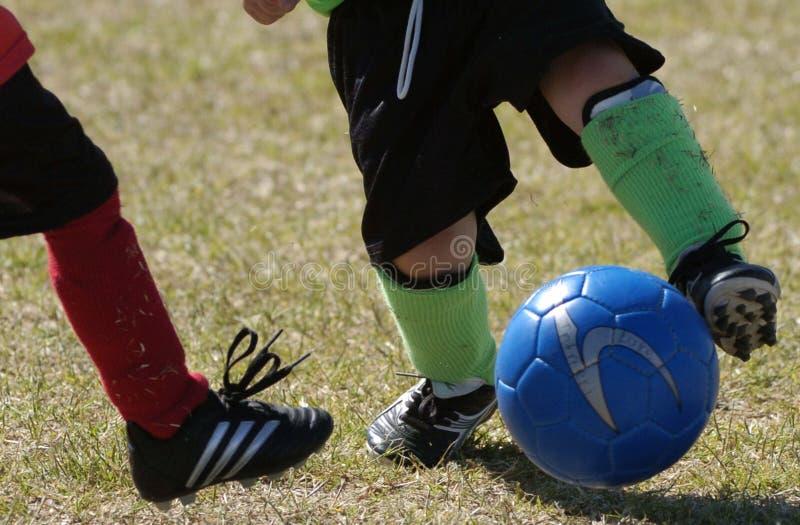 Handling för ungdomfotbolllek royaltyfria bilder