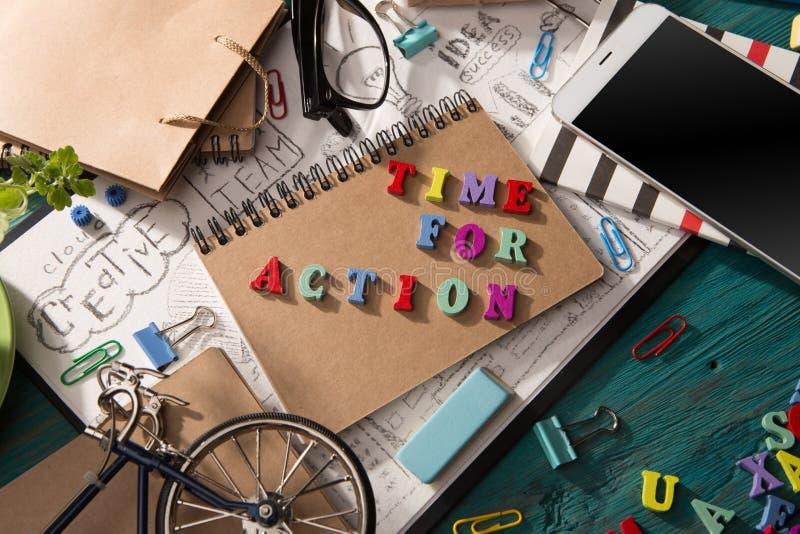 handlingbegrepp - inskrift på skrivbordet arkivfoto