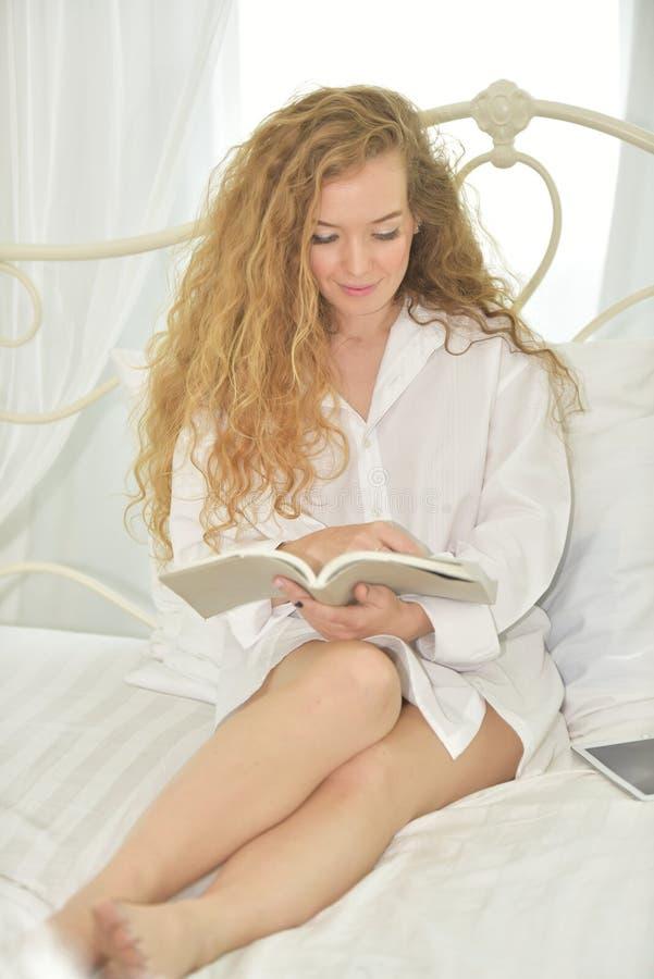 Handlingen av kvinnor med gester, när hon vaknar upp i morgonen fotografering för bildbyråer