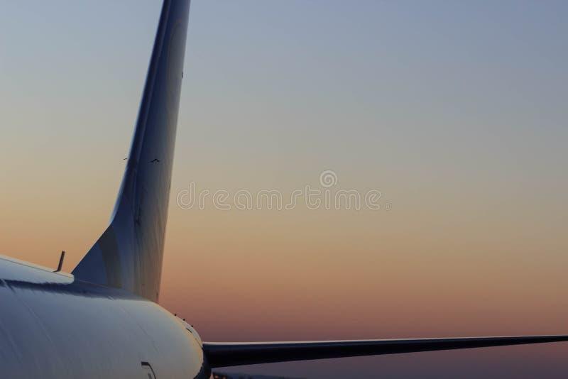 Handlowe samolotowe latające above chmury w dramatycznym zmierzchu zaświecają zdjęcie royalty free
