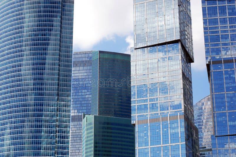 Handlowi budynki biurowi, drapacz chmur w błękitnych brzmieniach, megapolis pejzaż miejski zdjęcie stock