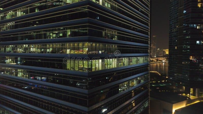 Handlowi budynki biurowi zewnętrzni strzał Noc widok przy drapaczami chmur Odgórny widok budynek biurowy przy nocą zdjęcia royalty free