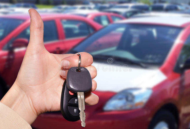 Handlowiec ręka z samochodowym kluczem fotografia stock