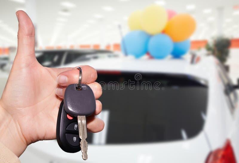 Handlowiec ręka z samochodowym kluczem zdjęcia royalty free