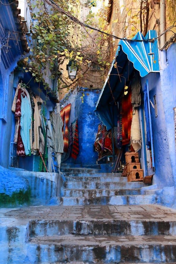 Handlowowie sprzedaje ich produkty na ulicie w Chaouen, Maroko zdjęcie royalty free