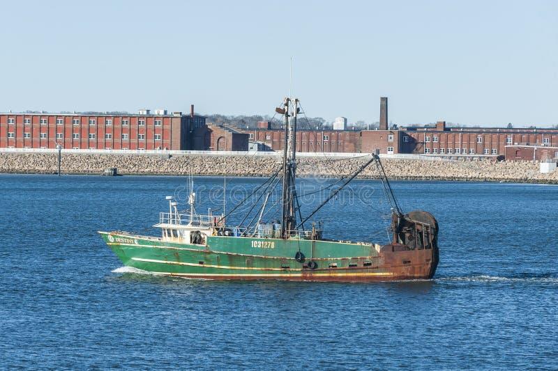 Handlowy łodzi rybackiej przeznaczenie opuszcza port obrazy royalty free