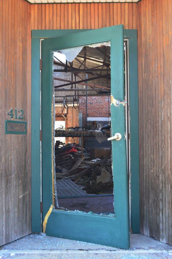 Handlowy budynku drzwi, dmuchający otwarty Huraganowym Michael obraz royalty free